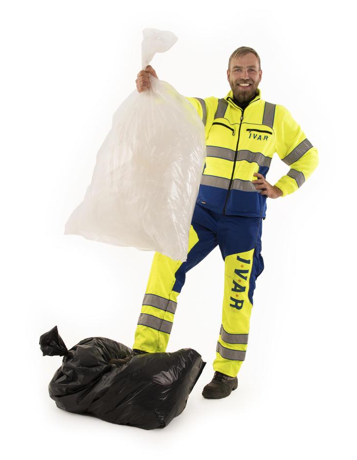 Bilde av ansatt med gjennomsiktige avfallssekker
