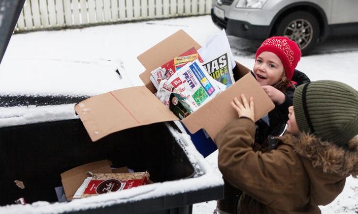 Barn sorterer papiravfall