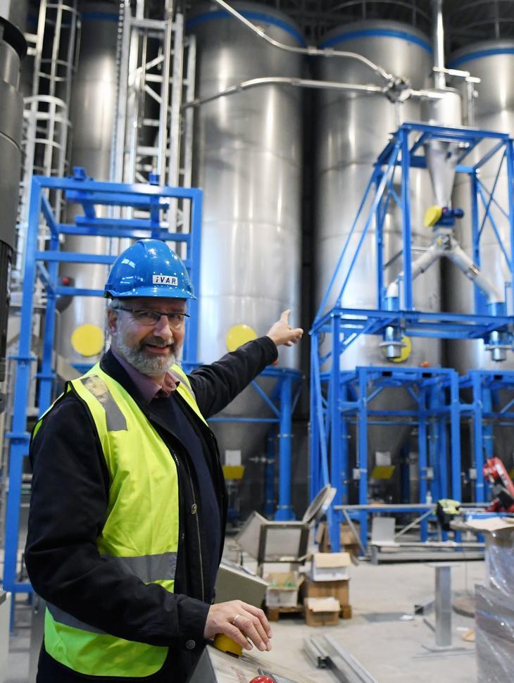 Rudolf Meissner er fagansvarlig for renovasjon i IVAR. Tankene i bakgrunnen vil om kort tid være fylt opp med pellets, som kan selges som industrivare. Det unike er at disse pelletene er laget av plast som er utsortert og vasket i det samme anlegget.